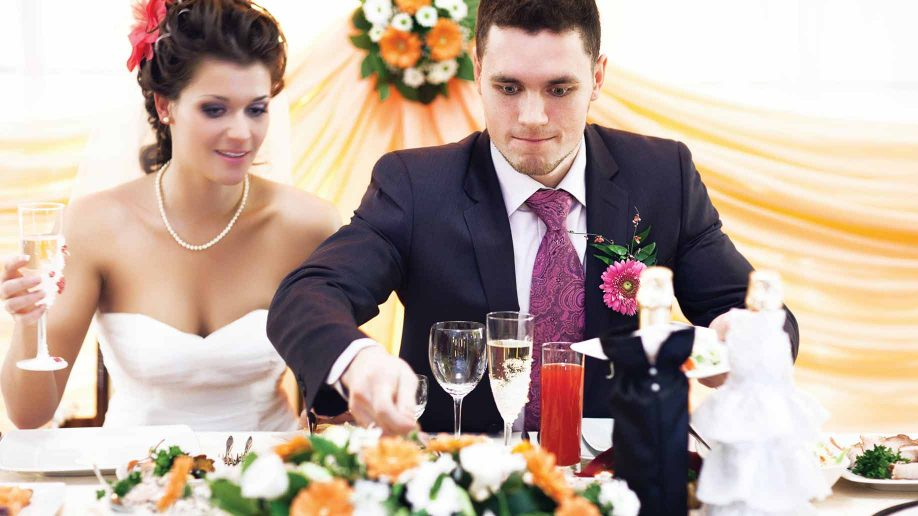 23 cheap wedding reception food drink menu ideas on a budget husband and wife eating at wedding solutioingenieria