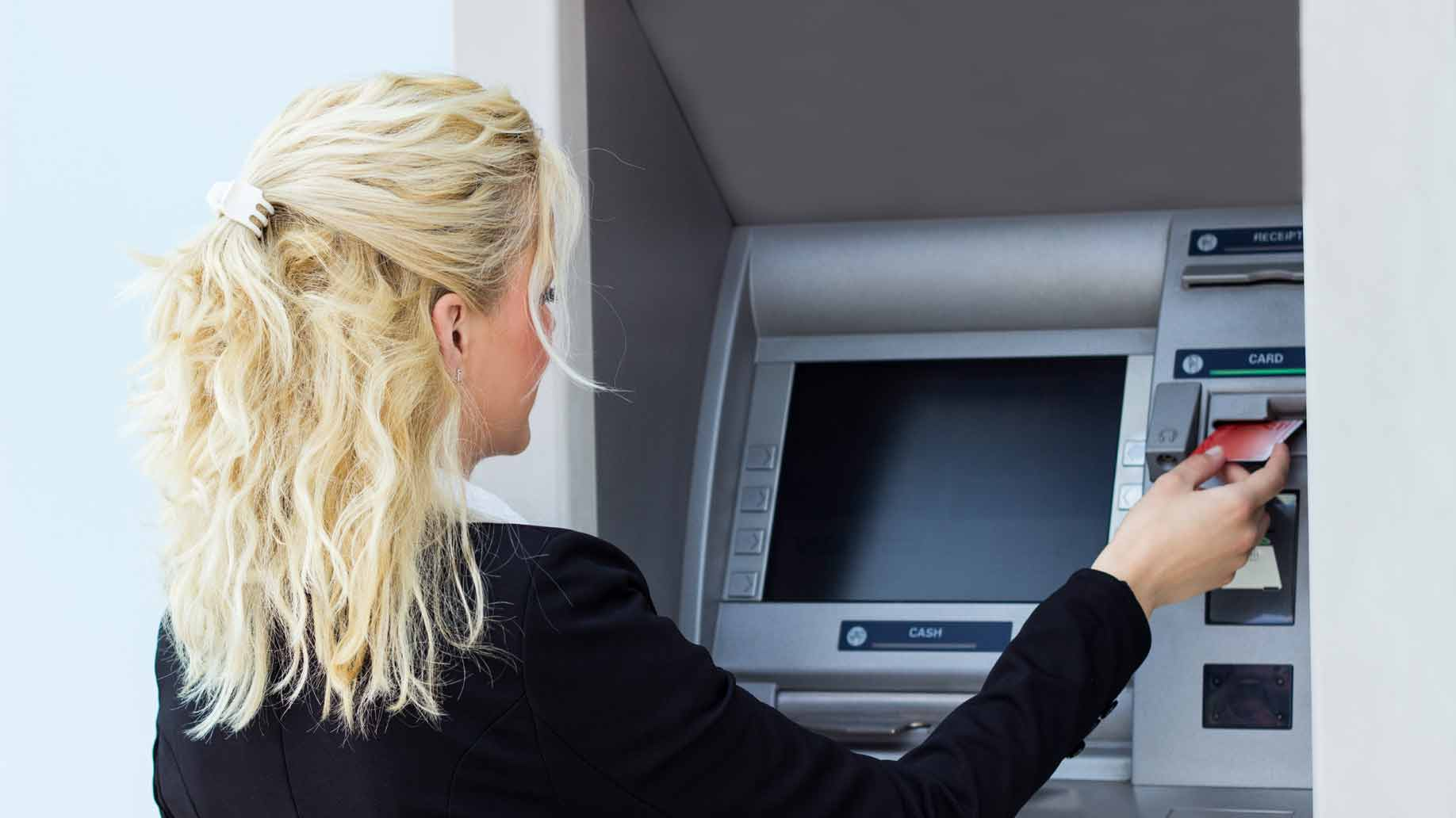 using an atm machine to avoid excessive transaction fees