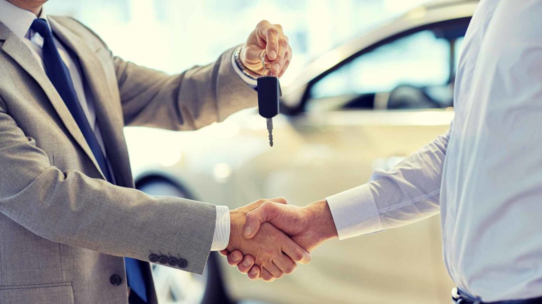 seller handing over car keys in a private party transaction