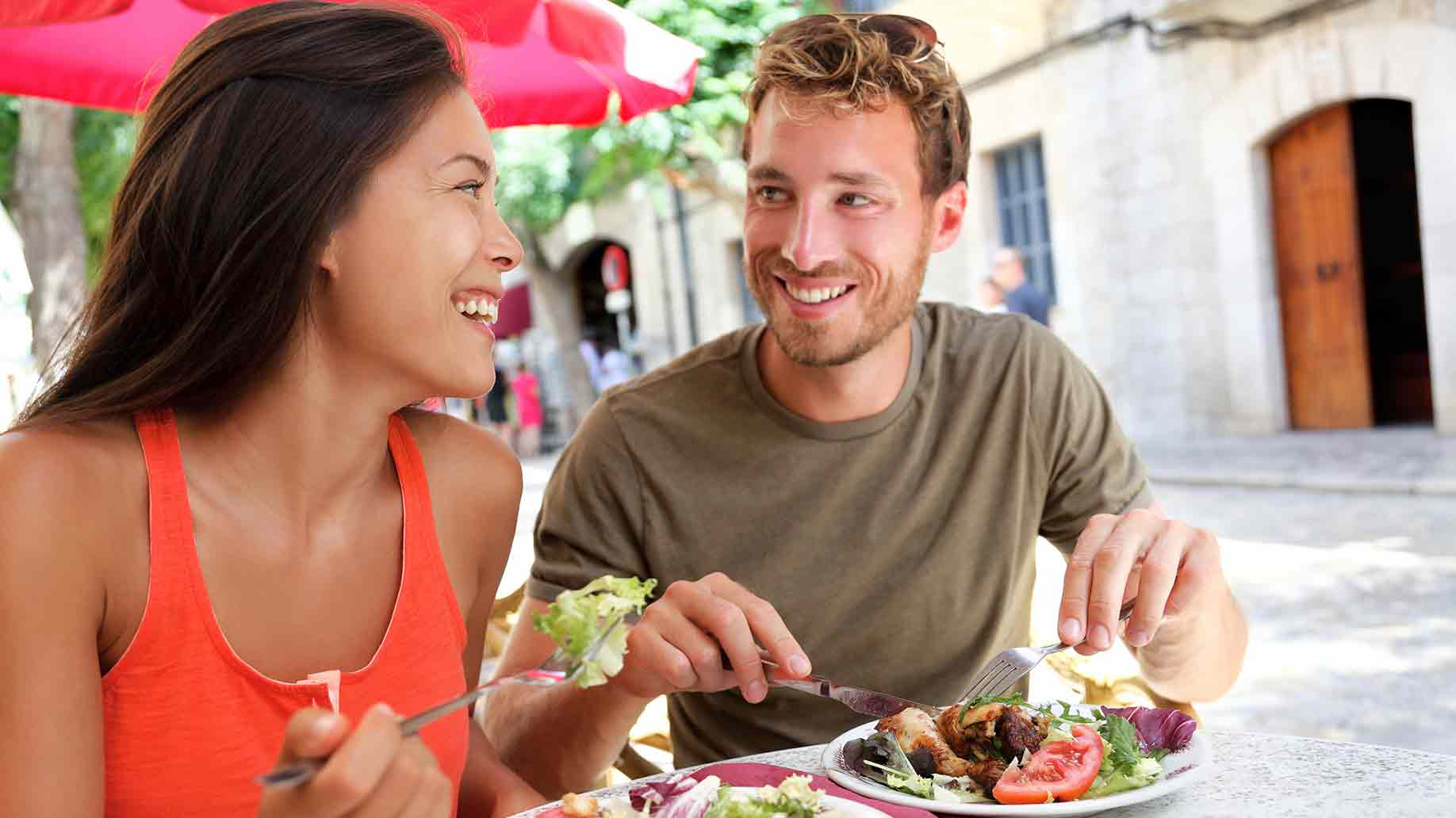 couple tourists eating restaurant
